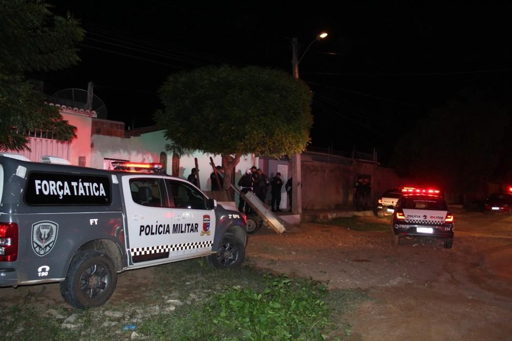 Pai, mãe e filhos são baleados dentro de casa no interior do RN; adolescente de 16 anos morre